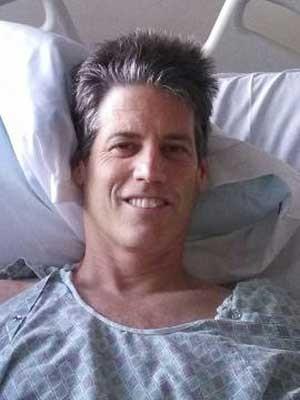 Jay Scrivner no Hospital St. Joseph de Eureka na California, nos EUA, em foto cedida pela esposa Sunni Scrivner. (Foto: Sunni Scrivner/ AP)