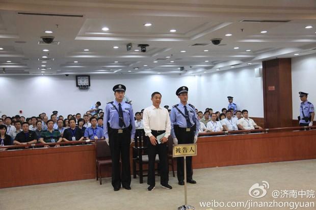 Bo Xilai (C) ouve sua sentença dentro do tribunal em Jinan neste domingo (22) (Foto: Jinan Intermediate People's Court/Handout via Reuters)