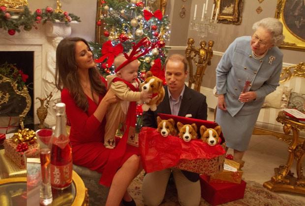 Príncipe George brinca com rena de pelúcia no colo da mãe, Kate Middleton; fotos foram feitas com sósias (Foto: Alison Jackson/Shloer/Divulgação)