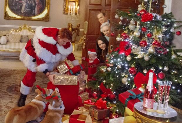Vestido de Papai Noel, o príncipe Harry é flagrado deixando os presentes na árvore de Natal; fotos foram feitas com sósias (Foto: Alison Jackson/Shloer/Divulgação)