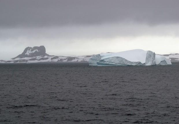 Iceberg no oceano gelado, na Antártica (Foto: Eduardo Carvalho/G1)