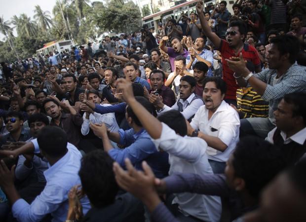 Protestos contra a execução em Bangladesh (Foto: Abdul Quader Molla/Reuters)
