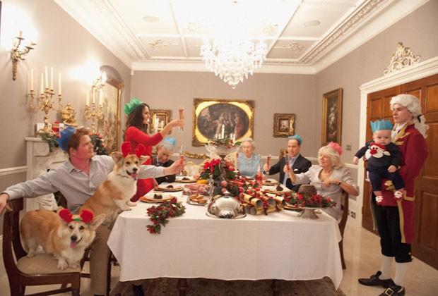 A família real faz um brinde no primeiro Natal do príncipe George; fotos foram feitas com sósias (Foto: Alison Jackson/Shloer/Divulgação)