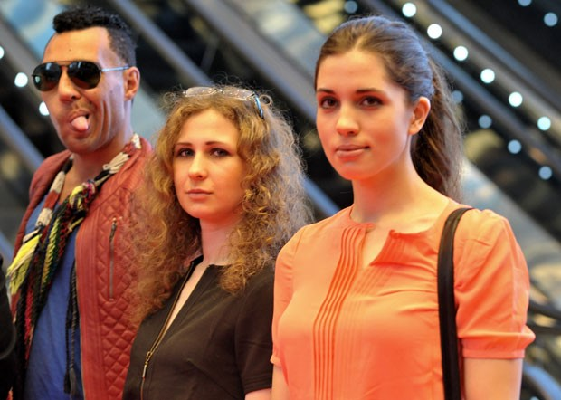 Maria Alyokhinafor e Nadezhda Tolokonnikova posam para foto em Cingapura (Foto: Mohd Fyrol/AFP)