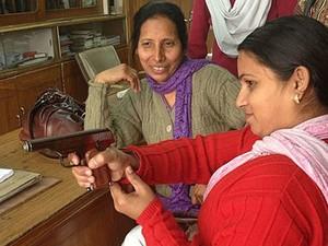 Anita Dua (dir.) conta que comprou um revólver há oito anos, mas não usa (Foto: BBC)