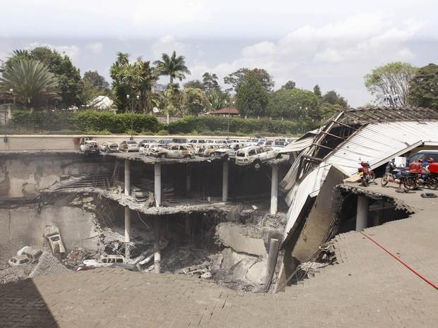 26/9 - Imagem cedida pelo governo queniano mostra a destruição causada pelo incêndio provocado no shopping center Westgate, após o fim do ataque em Nairóbi. Carros foram destruídos, e alguns deles ficaram pendurados no estacionamento (Foto: Reuters/Presidential Strategic Communications Unit)