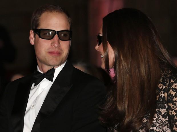 O príncipe William e sua esposa Catherine usam óculos 3D antes de uma exibição no Museu de História Natural, em Londres. (Foto: Suzanne Plunkett/Reuters)