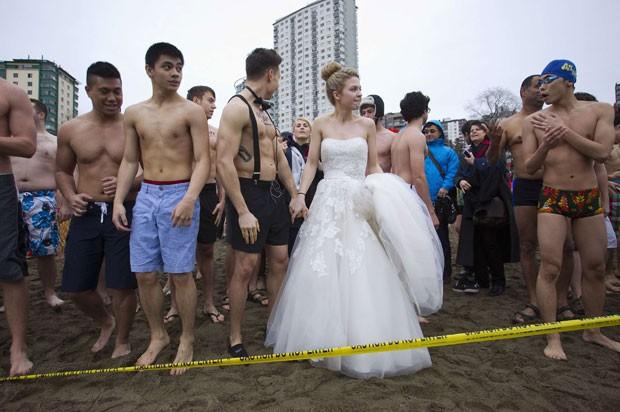 Mulher foi vestida de noiva durante o tradicional banho gelado em Vancouver (Foto: Ben Nelms/Reuters)