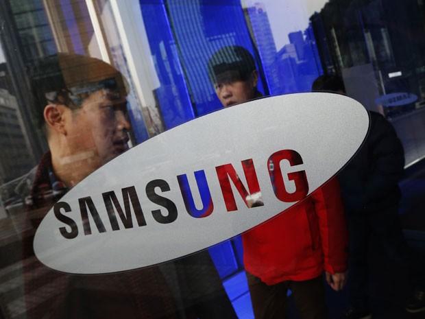 Homem deixa o prédio da sede da Samsung Electronics, em Seul, na Coreia (Foto: Reuters/Kim Hong-Ji)