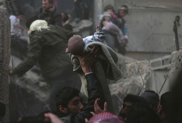 Descoberta de bebê sobrevivente após suposto ataque aéreo em Damasco foi celebrada como um milagre (Foto: Bassam Khabieh/Reuters)