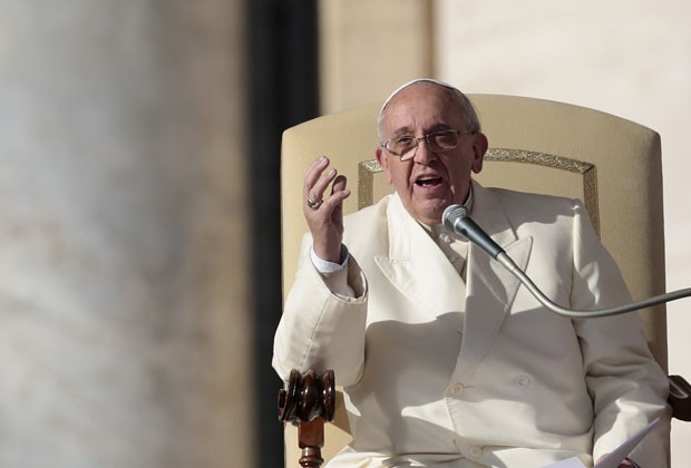 Papa Francisco fala com fiéis durante a audiência geral desta quarta-feira (8) (Foto: Tony Gentile/Reuters)