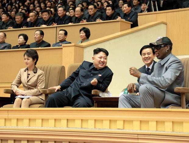 Kim Jong-un conversa com Rodman durante jogo de basquete em foto divulgada nesta quinta-feira (9) (Foto: KCNA/AP)