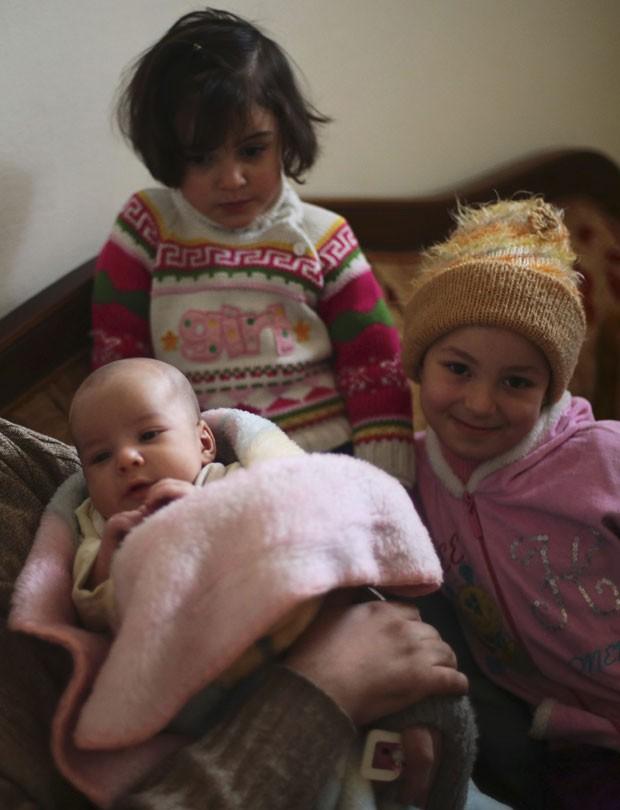 Rateb e suas irmãs. Maria, no topo, também foi resgatada dentre os escombros (Foto: Bassam Khabieh/Reuters)