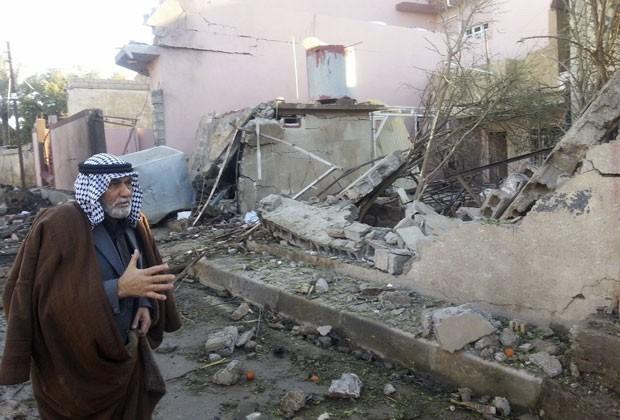 Homem passa por local onde carro-bomba explodiu em Bagdá nesta segunda (20) Outras quatro explosões ocorreram na cidade, e pelo menos 16 pessoas morreram (Foto: Ako Rasheed/Reuters)
