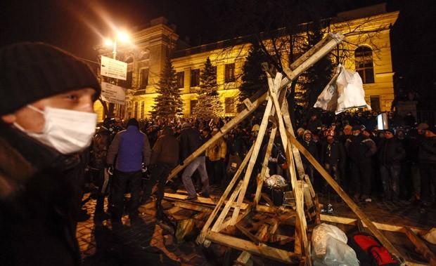 Catapulta usada pelos opositores em Kiev (Foto: Vasily Fedosenko/Reuters)