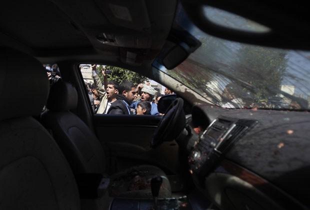Pessoas reagem ao assassinato de Ahmad Sharafedin delegado dos rebeldes xiitas do norte do Iêmen que foi morto nesta terça-feira (21) em seu carro quando seguia para reunião do processo de transição nacional (Foto: Khaled Abdullah/Reuters)