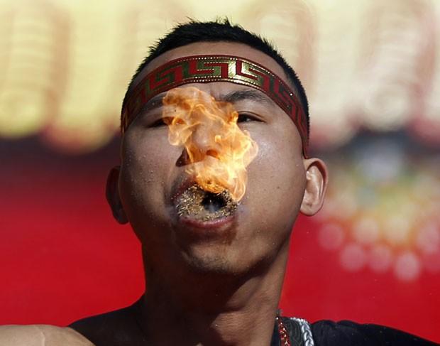 Artista cospe fogo em demonstração de força em Pequim (Foto: Kim Kyung-hoon/Reuters)
