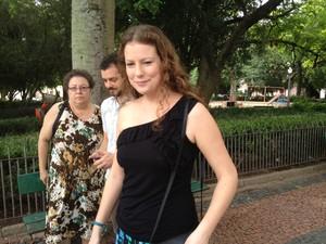 Ana Paula Maciel chegando ao Palácio Piratini com a mãe Rosângela (ao fundo) (Foto: Vinicius Rebello/G1)