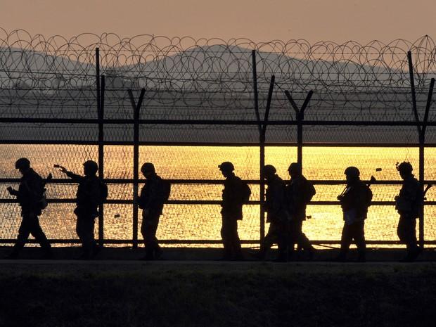 Abril - Soldados sul-coreanos patrulham próximo de uma cerca na zona desmilitarizada que divide as duas Coreias. (Foto: Jung Yeon-Je/AFP)