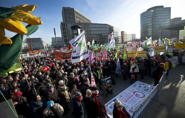 Multidão se reúne em Berlim, na Alemanha, durante protesto contra políticas de agricultura do governo alemão e um possível acordo entre os EUA e a União Europeia neste setor (Foto: Daniel Naupold, DPA/AFP)