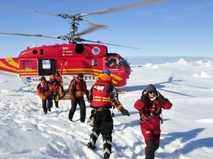 Uma operação iniciada na manhã desta quinta-feira (2) com um helicóptero chinês retirou todos os 52 passageiros que estavam no navio russo bloqueado há mais de uma semana na Antártica. (Foto: Zhang Jiansong/AP)