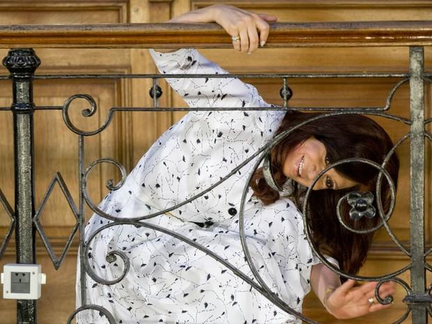 A presidente argentina, Cristina Kirchner, acena para apoiadores após falar em público pela 1ª vez em 42 dias, em cerimônia no palácio do governo em Buenos Aires. Oponentes começavam a questionar o governo após a cirurgia a que ela se submeteu em outubro. (Foto: Natacha Pisarenko/AP)