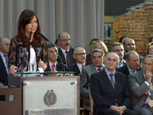 Presidente argentina Cristina Fernández de Kirchner discursa ao lado de ex-presidentes Fernando de La Rua e Adolfo Rodriguez Saa no Museu del Bicentenario (Foto: Juan Mabromata/ AFP)