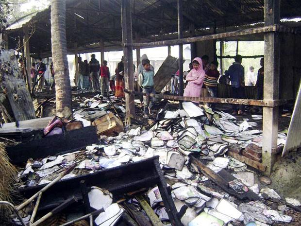 Escola primária que deveria ser usada como colégio eleitoral foi incendiada neste sábado (4) (Foto: Stringer/Reuters)
