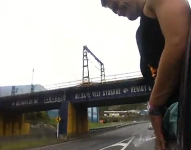 Rapaz é filmado rindo enquanto urinava pela janela do carro... (Foto: Reprodução)