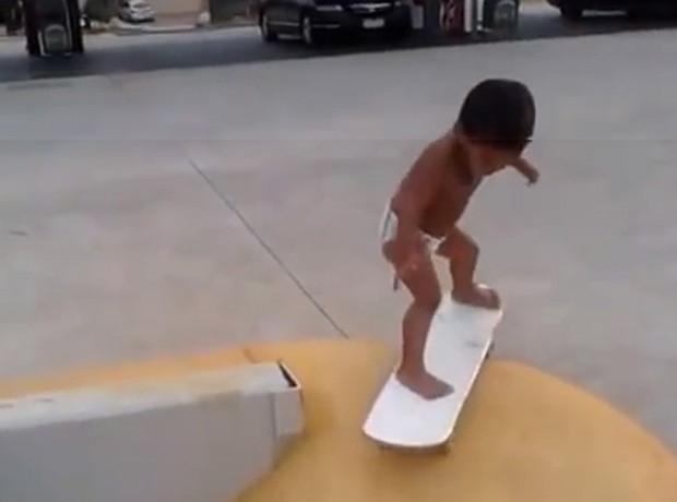 Kahlei Stone-Kelly mostrou muita habilidade em cima do skate, apesar dos usuários criticarem o fato de que ele andava sem equipamentos de proteção (Foto: Reprodução/YouTube/roseveld balimako)