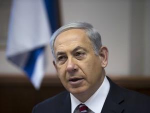 Primeiro-ministro Benjamin Netanyahu assiste a reunião semanal do gabinete em Jerusalém neste domingo (26) (Foto: AP Photo/Ronen Zvulun)