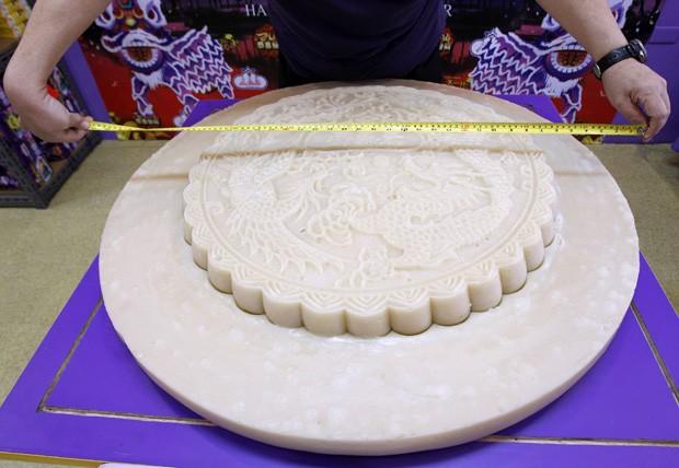 Conhecido como 'titkoy', bolo de arroz glutinoso possui cerca de 1m de diâmetro, mais de 120 kg e é utilizado para simbolizar boa sorte durante o Ano Novo Chinês (Foto: Romeo Ranoco/Reuters)