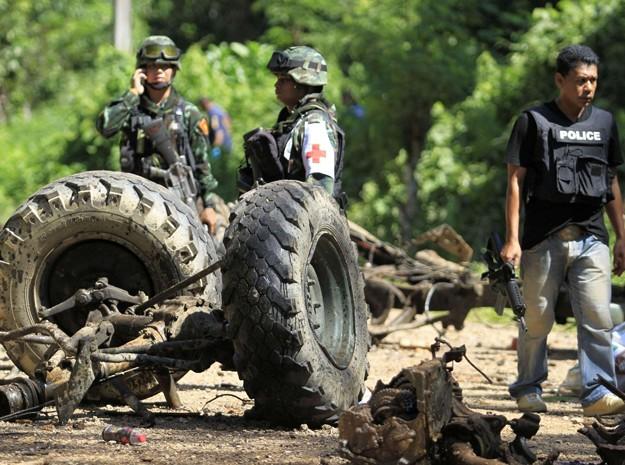 Agentes de segurança inspecionam caminhão militar após uma bomba explodir em junho de 2013 matar ao menos 8 militares a província de Yala (Foto: Surapan Boonthanom/Reuters)