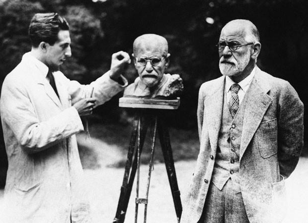 Sigmund Freud, pai da psicanálise, posa para escultor em foto de 1931 (Foto: AP)