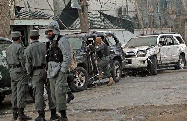 Forças de Segurança do Afeganistão investigam local onde um ataque suicida deixou mortos nesta sexta-feira (17) em Cabul. (Foto: Rahmat Gul/AP)