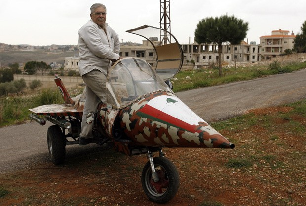 Ali Fakih posa ao lado de sua réplica de caça Mirage no Líbano (Foto: Mahmud Zayyat/AFP)