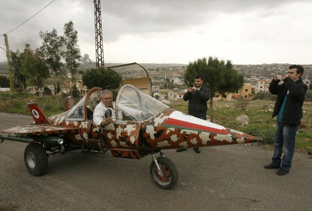 Homens tiram fotos de réplica de caça em Nabatiyeh, no Líbano (Foto: Mahmud Zayyat/AFP)