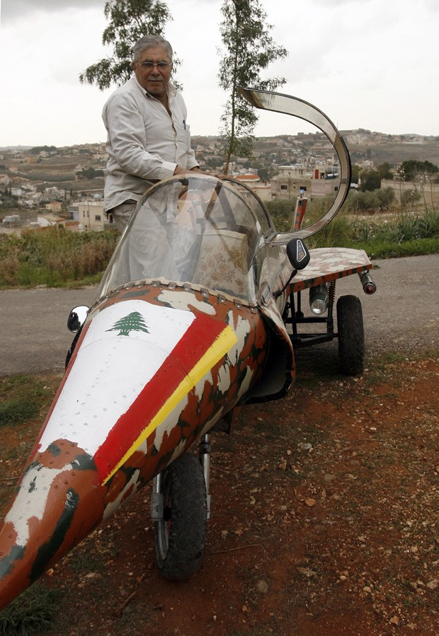 Apesar de alcançar velocidades de até 80 km/h, réplica de caça não voa (Foto: Mahmud Zayyat/AFP)