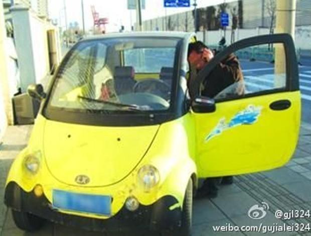 Motorista chinês foi flagrado dirigindo carro falso com placa de papelão em Xangai (Foto: Reprodução/Weibo/gujialei324)