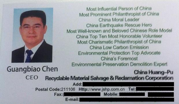 Entre as qualificações de Guangbiao Chen estão 'pessoa mais influente da China' e 'herói de resgate de terremoto da China' (Foto: Reprodução/Twitter/Luke Buckmaster)