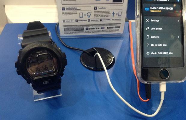 Relógio G-Shok, da Casio, que não chega a ser um computador vestível, mas possui integração com smartphone, foi mostrado na CES 2014. (Foto: Gustavo Petró/G1)