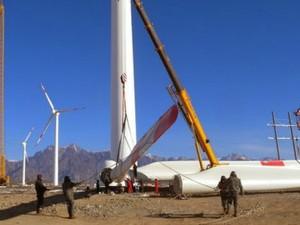 Duas usinas são instaladas por dia na região de Xinjiang (Foto: BBC)