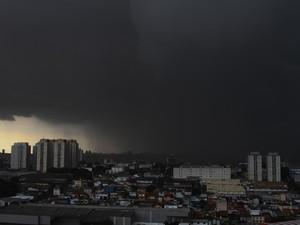 Nuvens carregadas e chuva forte na região de Guarulhos, na Grande São Paulo, na tarde desta segunda-feira (13). (Foto: Geovani Velasquez/Brazil Photo Press/Estadão Conteúdo)