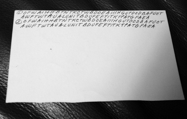 A partir de padrões observados no verso de um dos cartões, usuários descobriram que letras faziam parte de orações (Foto: Janna Holm/AP)