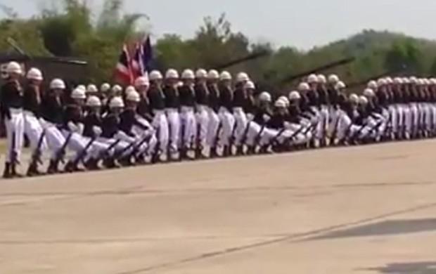 Durante desfile, soldados mostraram coreografia caprichada com 'efeito dominó' (Foto: Reprodução/YouTube/Ekcha Muenwai)