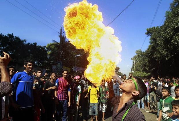 Jose Joel Flores é clicado cuspindo fogo durante uma apresentação na cidade de San Salvador, em El Salvador (Foto: Ulises Rodriguez /Reuters)
