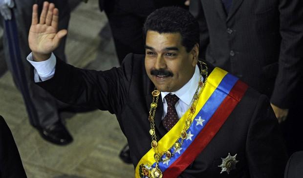 Maduro acena ao chegar no parlamento em Caracas. (Foto: Leo Ramirez/AFP)