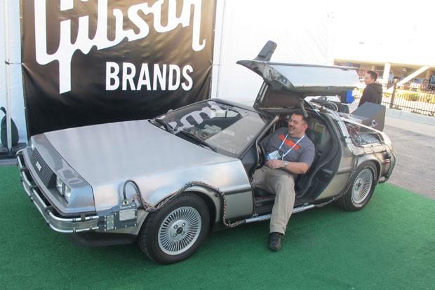 DeLorean, carro que vira uma máquina do tempo no filme 'De Volta para o Futuro 2', faz sucesso da CES 2014. (Foto: Gustavo Petró/G1)