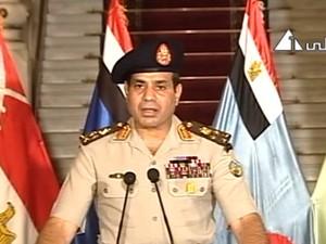 General Abdel-Fattah el-Sissi faz um pronunciamento à população na televisão estatal egípcia nesta quarta-feira (3). O líder militar afirmou que o presidente será substituido presidente da corte constitucional (Foto: AP)