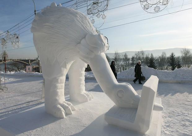 Escultura 'Computeriada', criada pela equipe da Letônia, é exibida durante festival na Rússia (Foto: Ilya Naymushin/Reuters)